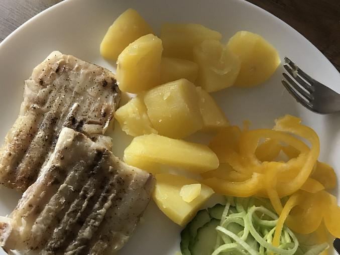 Rybí filé s bramborami, pórkem a okurkou, Rybí filé, brambory, okurky a pórek