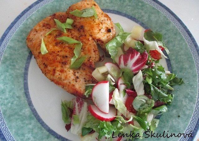 Grilovaná prsa se salátem