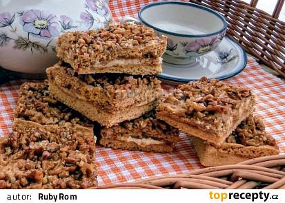 Medové řezy s ořechy a máslovou náplní