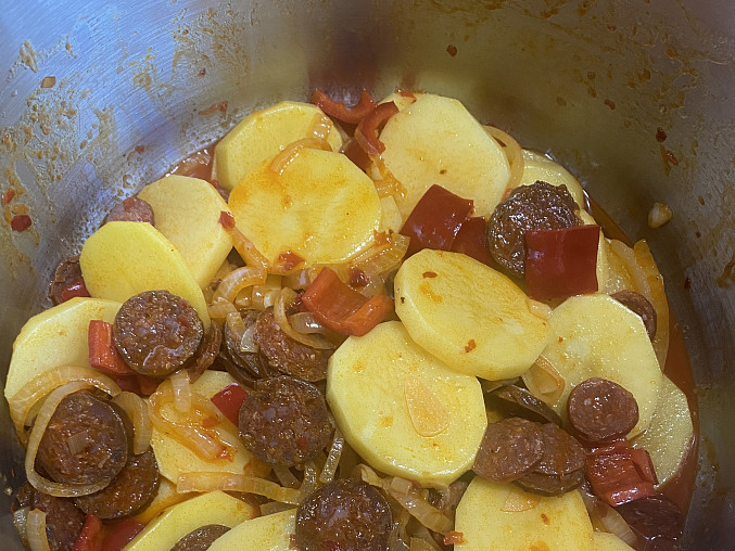 Rychlé brambory s klobásou a zeleninou, Před uzavřením papiňáku