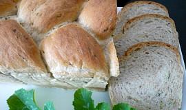 Pletený pšeničný chléb s cuketou z formy