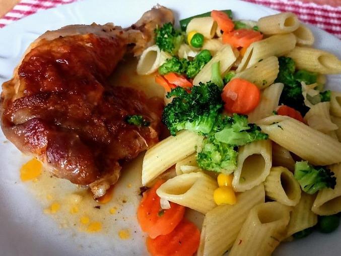 Marinovaná kuřecí stehna s těstovinami a zeleninou, Marinovaná kuřecí stehna s těstovinami a zeleninou