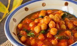 Podzimní cizrnové curry s rajčaty a špenátem podle The 1:1 Diet