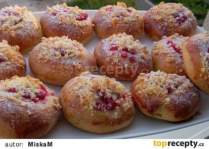 Tlačené koláče s rybízem a kokosovou drobenkou