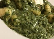 Gnocchi s kuřecím masem, špenátem, taveným sýrem a smetanou